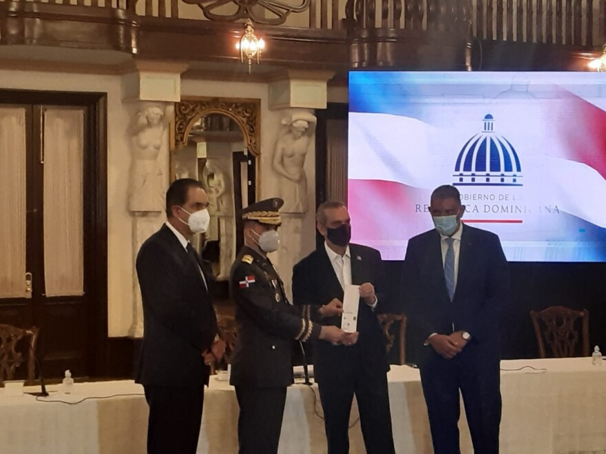 Abinader encabeza entrega de seguro médico Premium de Senasa a policías