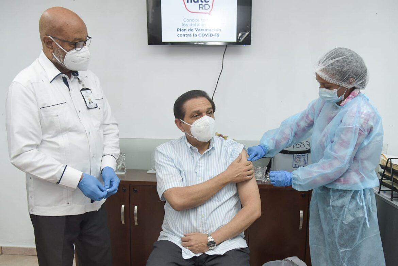 Ministro de Salud recibe su primera dosis de la vacuna Sinovac; asegura que el biológico es confiable