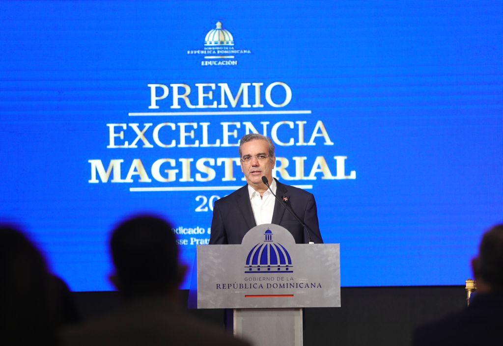 Presidente Abinader distingue a docentes en Día del Maestro y reafirma compromiso con educación digna