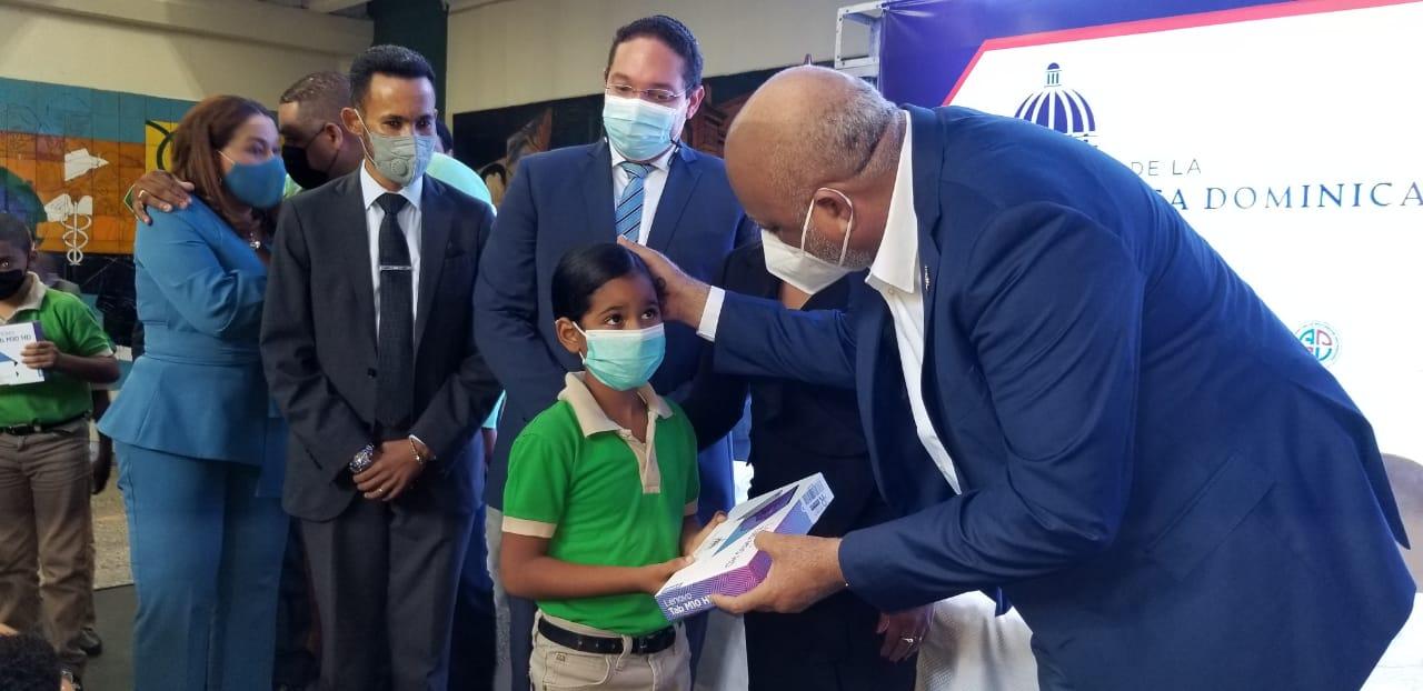 El ministro Roberto Fulcar, dijo que la entrega de equipos tecnológicos marca un antes y un después en la educación dominicana.