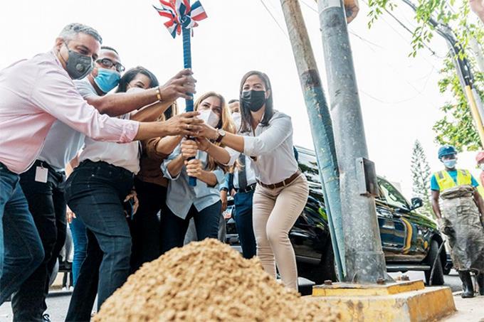 Alcaldesa Carolina Mejía inicia plan para remozar a Gazcue con el primer picazo dado en la intersección de las calles Santiago y Hermanos Deligne