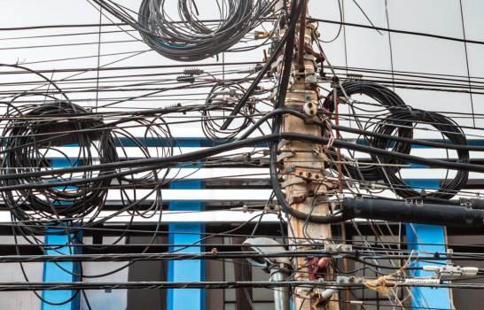 Edesur llama a empresas de telecomunicaciones a reordenar cableado para eliminar contaminación visual