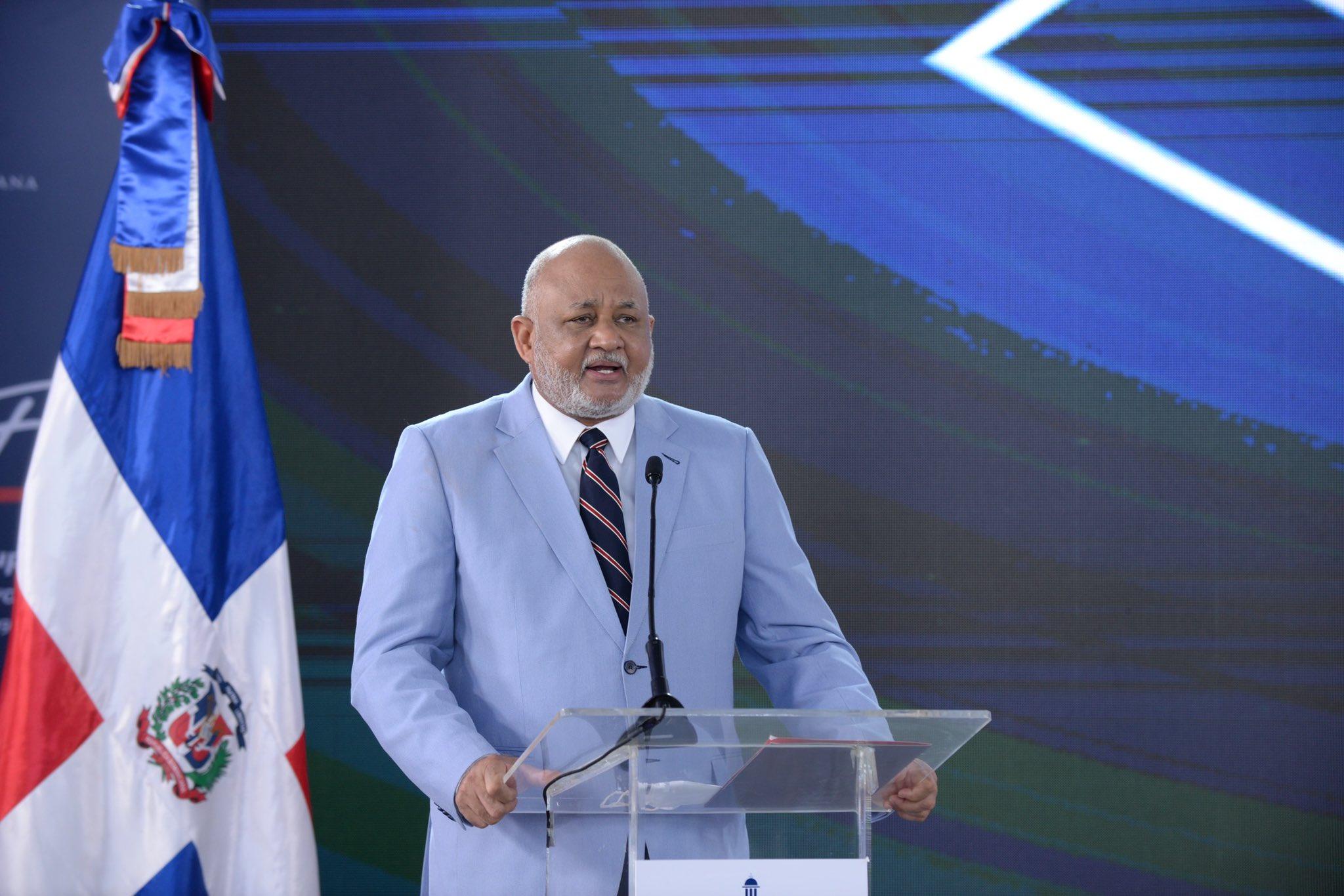 El ministro Roberto Fulcar explicó que Maestros de niveles primario y secundario ganarán igual salario