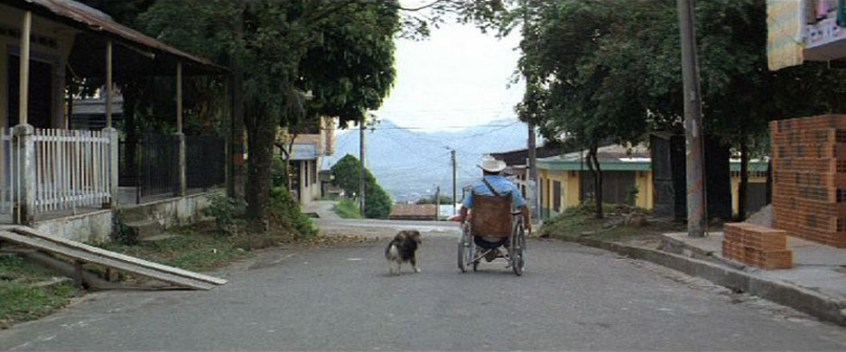 Porfirio pasea en su silla de ruedas por las calles de su pueblo