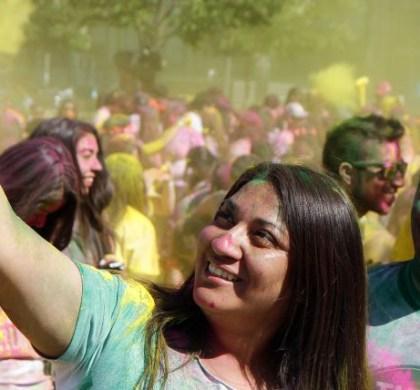 CH05. SANTIAGO (CHILE), 10/10/2016.- Un grupo de jóvenes participa hoy, lunes 10 de octubre de 2016, junto a unas 20.000 personas en la cuarta edición de The Color Run en Santiago, una particular carrera pensada para jóvenes y familias en la que todos terminan bañados de polvos de color. Los participantes completaron un recorrido de cinco kilómetros en el centro de la capital chilena sin registros ni cronómetros, pues el objetivo final de la prueba es pasar un buen rato sin mirar el reloj. EFE/RODRIGO SAEZ