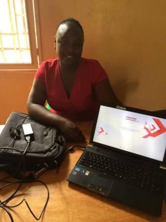 Juliana mit ihrem neuen Laptop