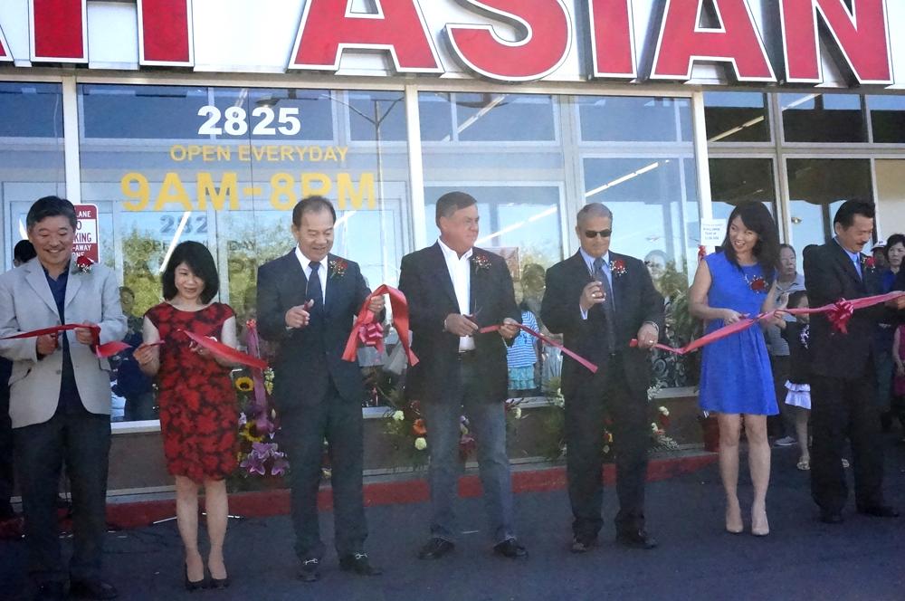 From left: State Sen. Bob Hasegawa, Ky Tran, Duc Tran, owner, Dennis Law, Renton mayor and Leeching Tran. (Photo by George Liu/NWAW)