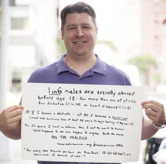 """Foto  - O cartaz diz: 1 em cada 6 homens são abusadas sexualmente antes dos 18 anos - muito mais do que correm o risco de diabetes (1 em 10) ou doença cardíaca (1 em 8). Às 8 Tornei-me uma estatística - em 30 eu me tornei um sobrevivente. (Sobreviventes maioria do sexo masculino ter pelo menos 20 anos para começar a cura - se eles já fazem) Por 22 anos eu vivia em silêncio. Agora eu quero que o mundo saiba - o que aconteceu comigo pode acontecer com qualquer um. Tanto o abuso e a cura.  www.malesurvivor.org / / @ malesurvivorORG no Twitter """"Para cada 100 amigos que tem no Facebook, 15-20 (pelo menos) são sobreviventes de abuso sexual."""""""