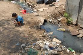 """Em cada duas casas brasileiras com água na torneira, apenas uma está ligada à rede de esgoto Quase 5 milhões de crianças estão expostas a riscos de doenças por falta de saneamento, diz IBGE """"Não há comprometimento das prefeituras"""", diz ONG sobre cidades que ignoram política de saneamento Segundo IBGE, mais de 70% dos municípios não têm política de saneamento; 48,7% não fiscalizam qualidade da água"""
