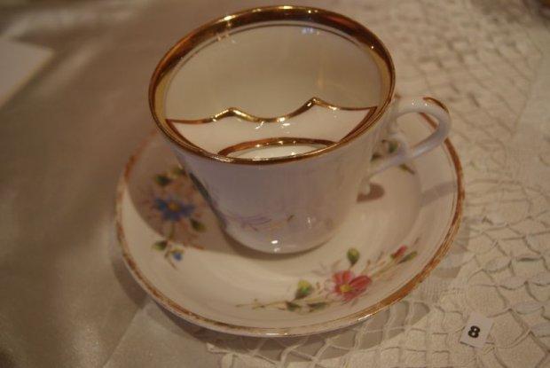 Xícara do britânico Harvey Adams para homens com bigode é um dos objetos inusitados do museu