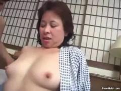昭和の普通のおばあさんが人生初の複数性行為でおめこと口に男根を挿入される60代の熟女動画画像無料