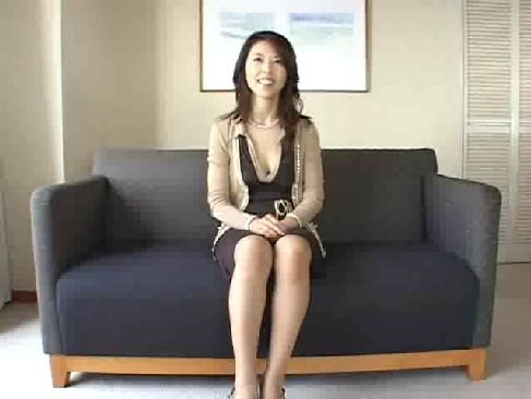 欲求不満な40路の綺麗な熟女人妻がポルノビデオに出演する長編のおばさんの動画無料