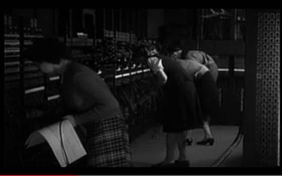 Cuatro mujeres trabajando dentro de ENIAC