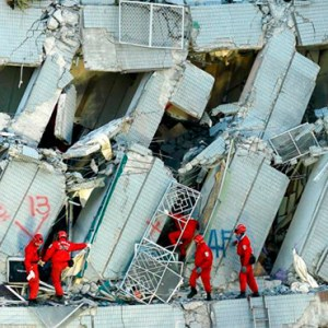RESCUERS SEARCH FOR SURVIVORS FEB. 7 AFTER A BUILDING COLLAPSED THE PREVIOUS MORNING DURING A MAGNITUDE-6.4 EARTHQUAKE IN TAINAN, TAIWAN. POPE FRANCIS SENT CONDOLENCES FOLLOWING THE QUAKE THAT HIT AS THE ISLAND PREPARED TO CELEBRATE CHINESE NEW YEAR. / PHOTO: (CNS PHOTO/RITCHIE B. TONGO, EPA)