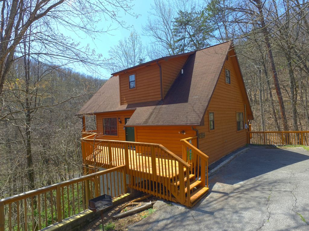 Regaling Cabin Near Downtown Gatlinburg A Wooded Vrbo Deer Run Cabins Ny Deer Run Cabins New York Gatlinburg Cabin Setting Just One Mile Fromgatlinburg Arts Craft Community houzz 01 Deer Run Cabins