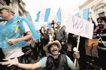 GUA06. CIUDAD DE GUATEMALA (GUATEMALA), 01/09/2015.- Guatemaltecos celebran hoy, lunes 1 de septiembre de 2015, la pÈrdida de inmunidad del presidente de Guatemala Otto PÈrez Molina, a las afueras del Congreso en Ciudad de Guatemala (Guatemala). Tras una votaciÛn de 132 el Congreso, PÈrez Molina perdiÛ hoy la inmunidad de la que gozaba por su cargo, tras ser vinculado a un esc·ndalo de corrupciÛn destapado por las autoridades el pasado 16 de abril, aunque el mandatario no fue vinculado a la estructura clandestina hasta el 21 de agosto. EFE/Esteban Biba