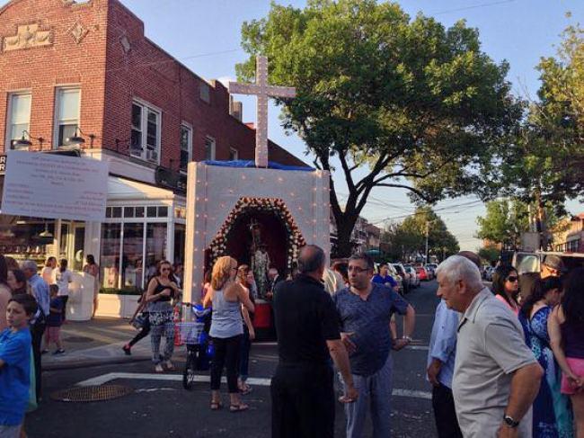 ニューヨークアストリアの小さなお祭り 賑やかな中心地
