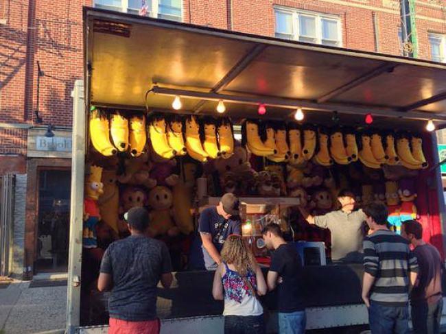 ニューヨークアストリアの小さなお祭り シュールなバナナのぬいぐるみ