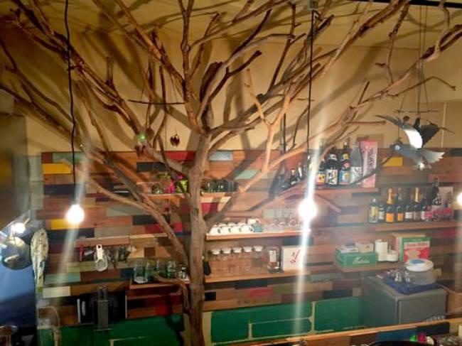 沖縄ジャージャー麺屋「モガメン」店内木のオブジェ