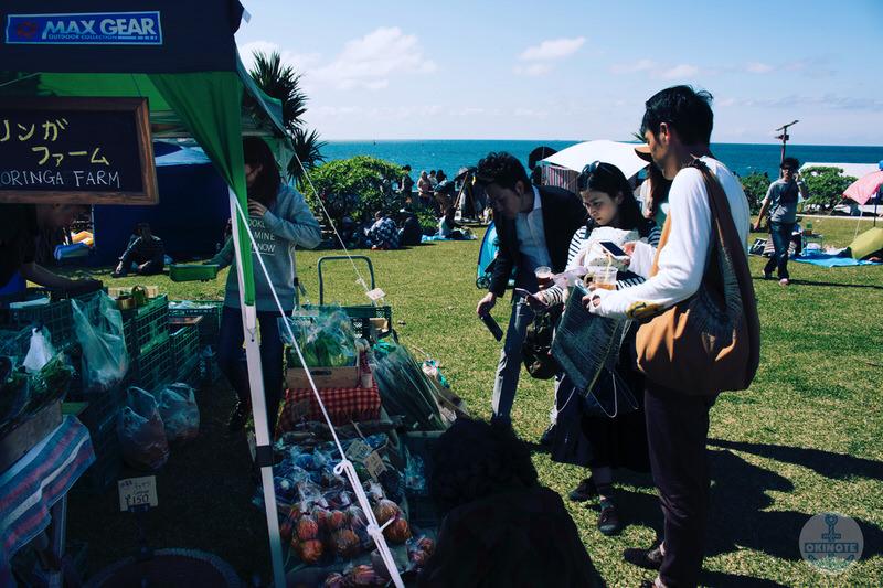 OKINAWA FOOD FLEAのファームで買い物をする人
