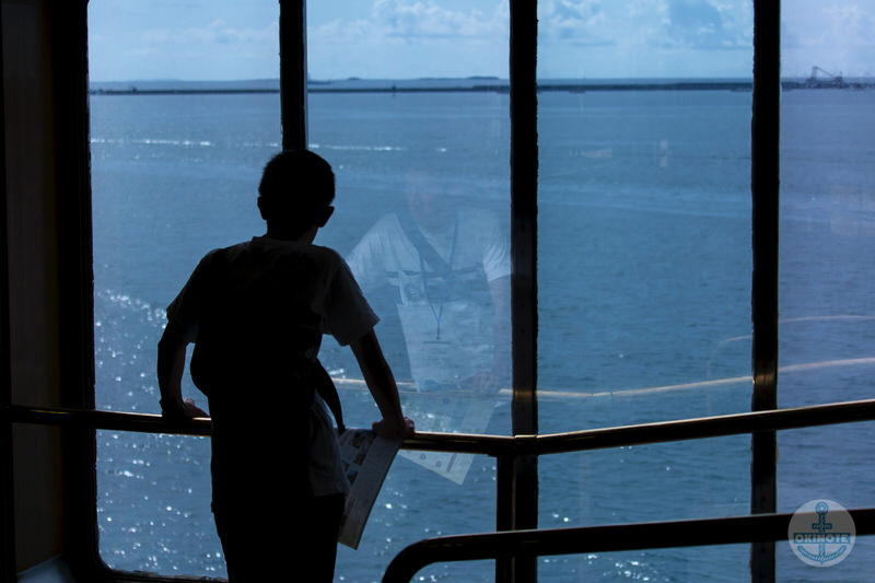 船内から海を見る少年