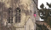Βίντεο που σοκάρει. Κοπέλα σκαρφαλώνει σε εκκλησία και πέφτει