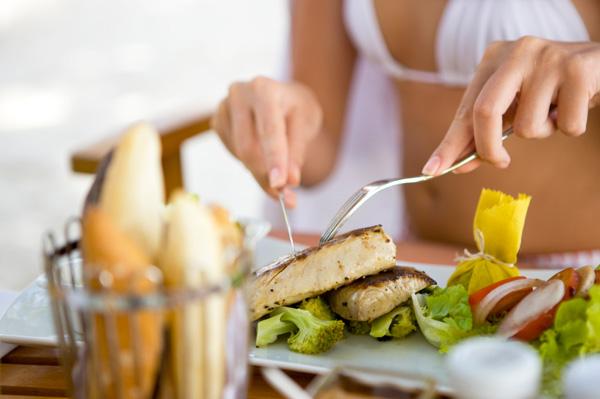 woman-eating-fish_tc3afc