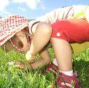 Ребенок наблюдает за насекомыми.