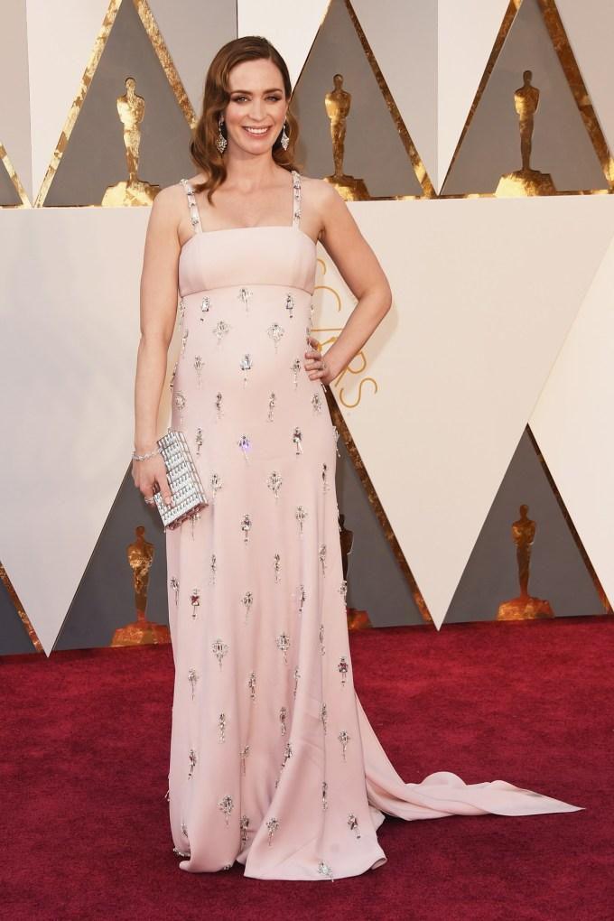 Emily-Blunt-Oscars-2016-Red-Carpet-Vogue-28Feb16-Getty_b