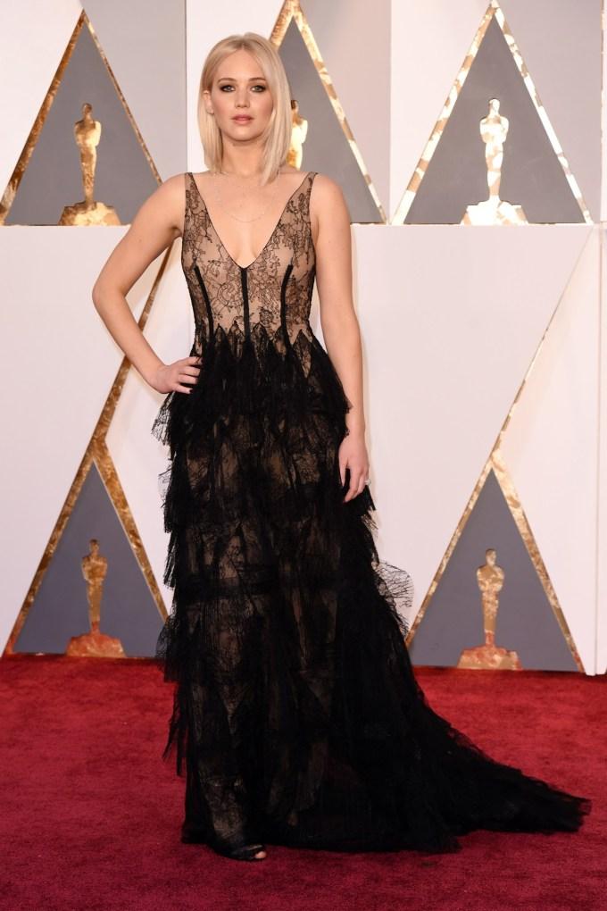 Jennifer-Lawrence-Oscars-2016-Red-Carpet-Vogue-28Feb16-Rex_b