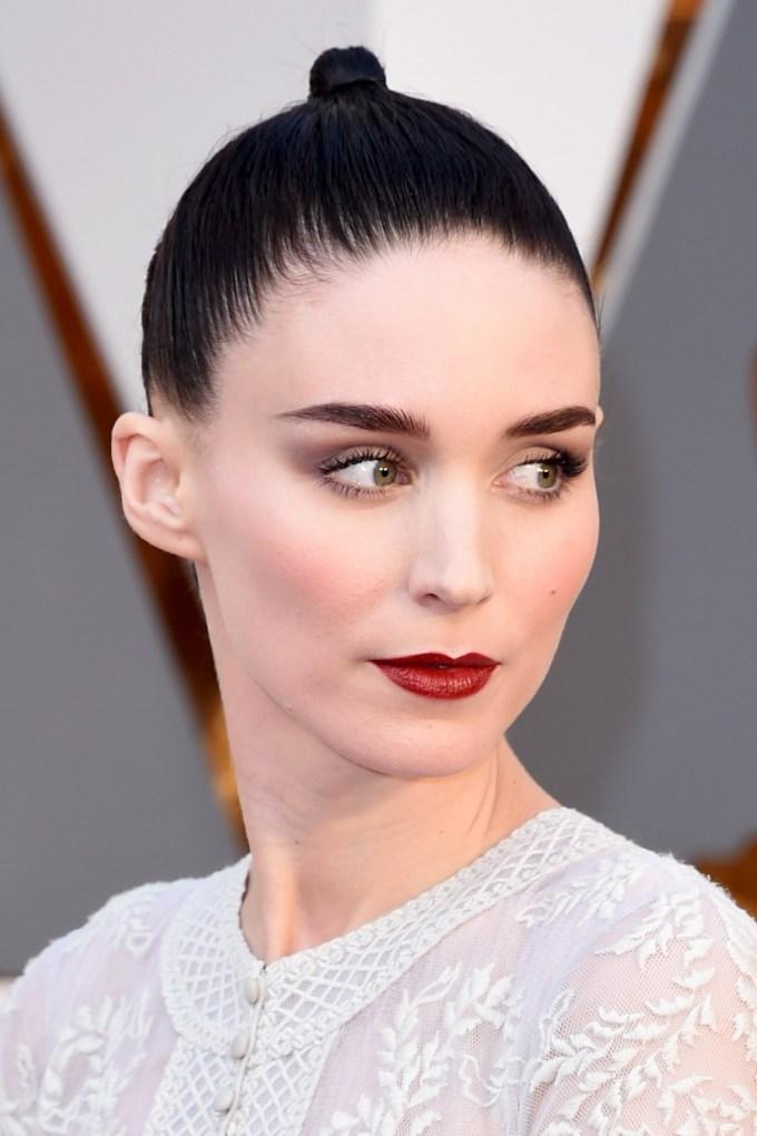 Rooney-Mara-Oscars-2016-Red-Carpet-Beauty-Vogue-28Feb16-Getty_b