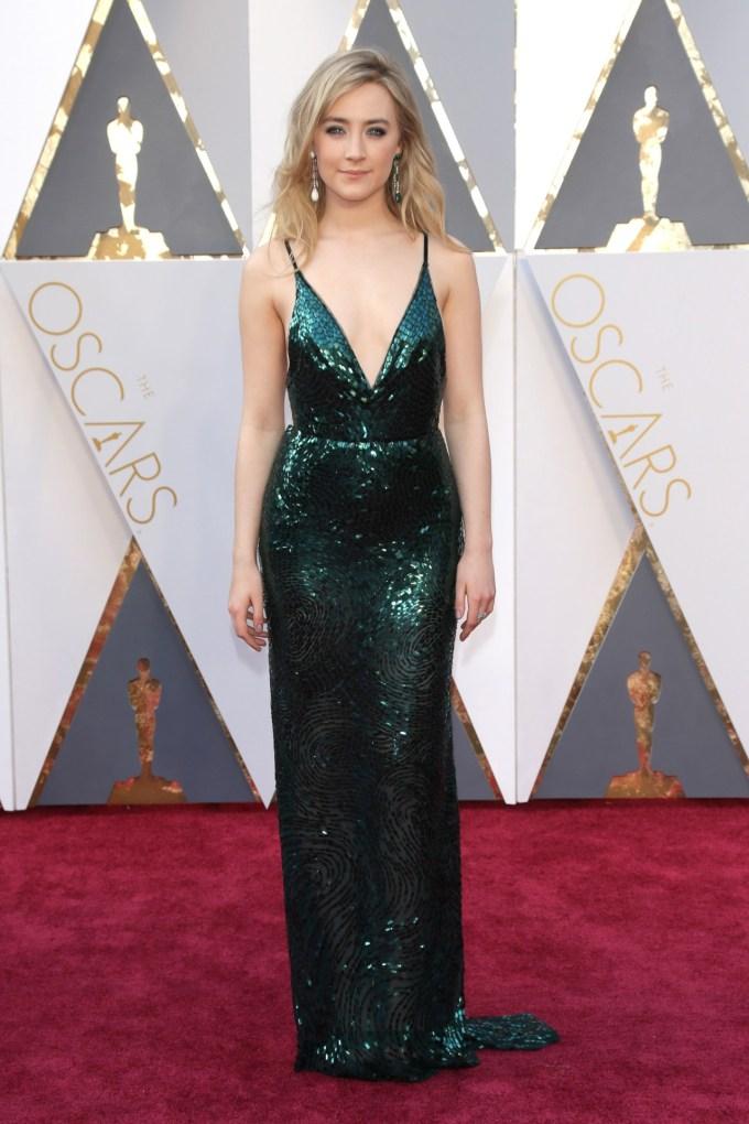 Saoirse-Ronan-Oscars-2016-Red-Carpet-Vogue-28Feb16-Rex_b