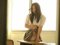 超美少女JKが教室でパンティを机の角にすりつけて角オナニーしているところを覗き見