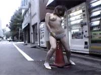 道端でポールやサドルに股間をすりつけて本気オナニーする露出狂変態女