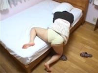ベッドの脇にアソコをはげしく擦り付けてオナニーする女