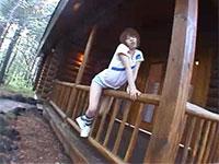 大自然のロッジで柱擦り付けオナニーをするオープンな女の子