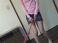 デニムのミニスカートを履いたままこぶ縄オナニーをさせられる女の子