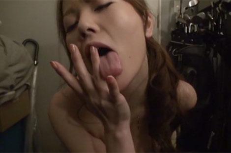 美人人妻の指なめオナニー前戯