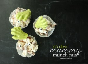 Yummy-Mummy-Munch-Mix-perfect-for-a-Halloween-Party!-OneKriegerChick.com