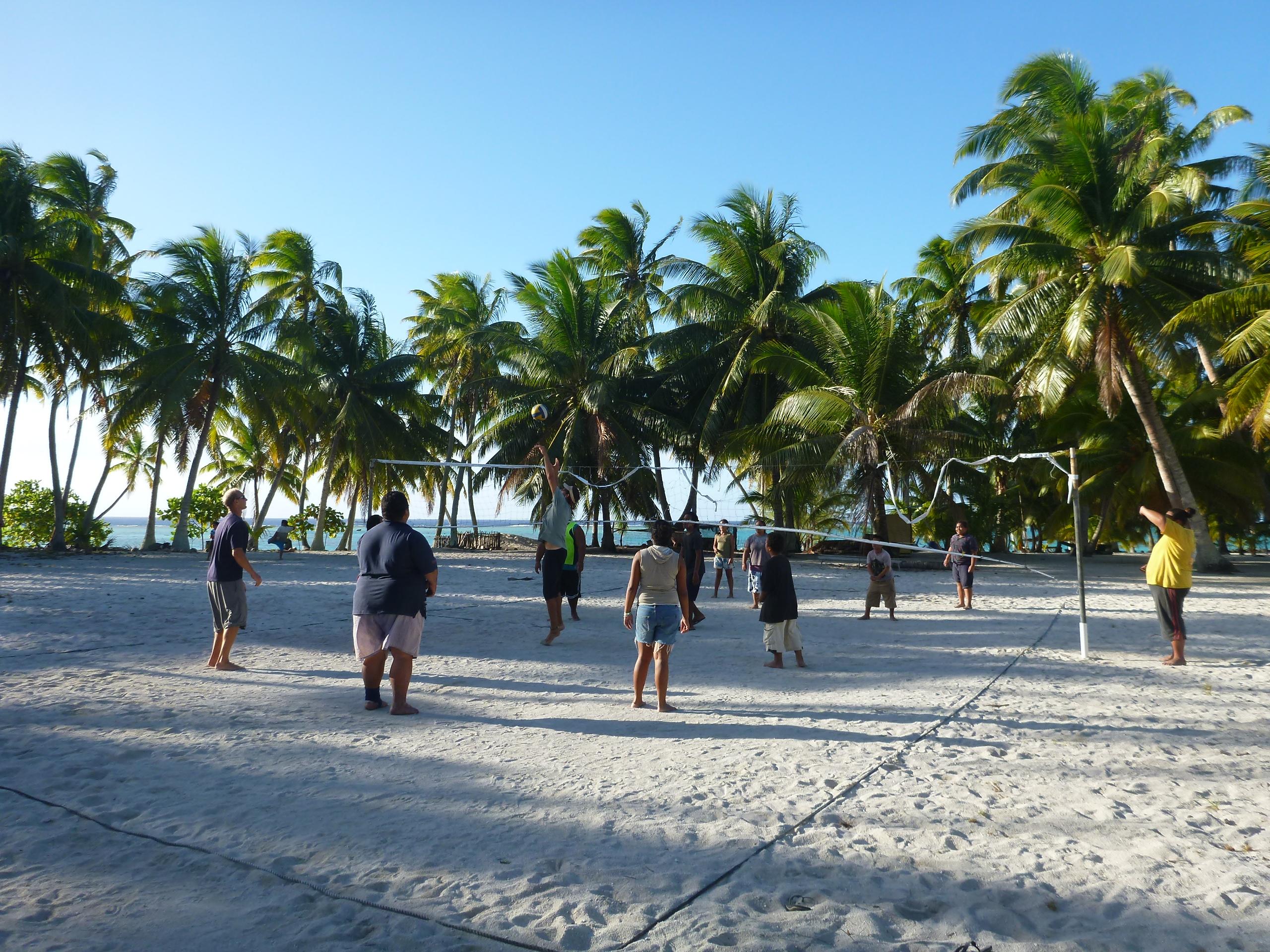 Penduduk Pulau Palmerston bermain voli