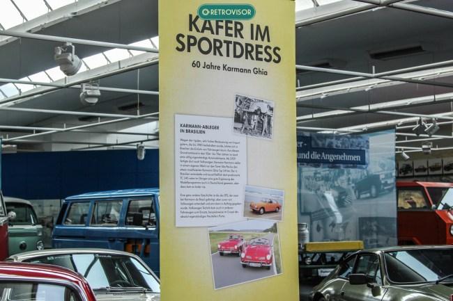 Banner explica em alemão a mostra especial