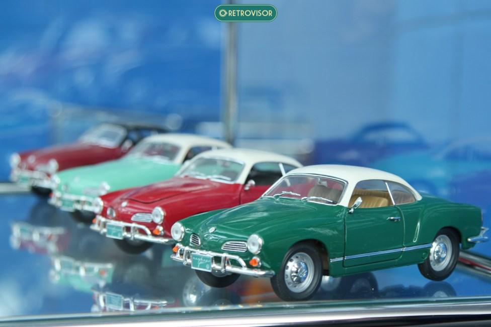 Miniaturas do modelo em pintura saia-e-blusa, em sequencia