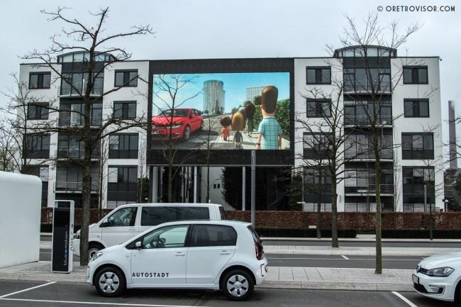 Visão do estacionamento. Diversos modelos da Volkswagen em serviço da Autostadt. Na foto um Up!