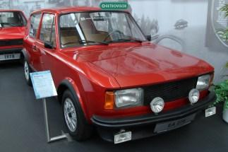 Em meio aos primeiros Golf, o protótipo do projeto EA 276, que deu origem ao segundo grande sucesso da Volkswagen