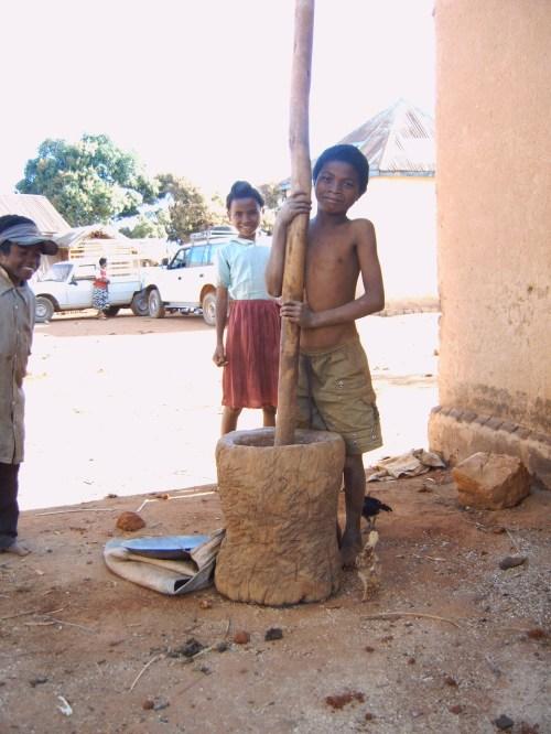 Van a la escuela y ayudan en casa