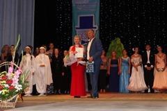 Мэр города Саки А.Н. Ивкин вручает награду автору гимна Елене Лебеденко