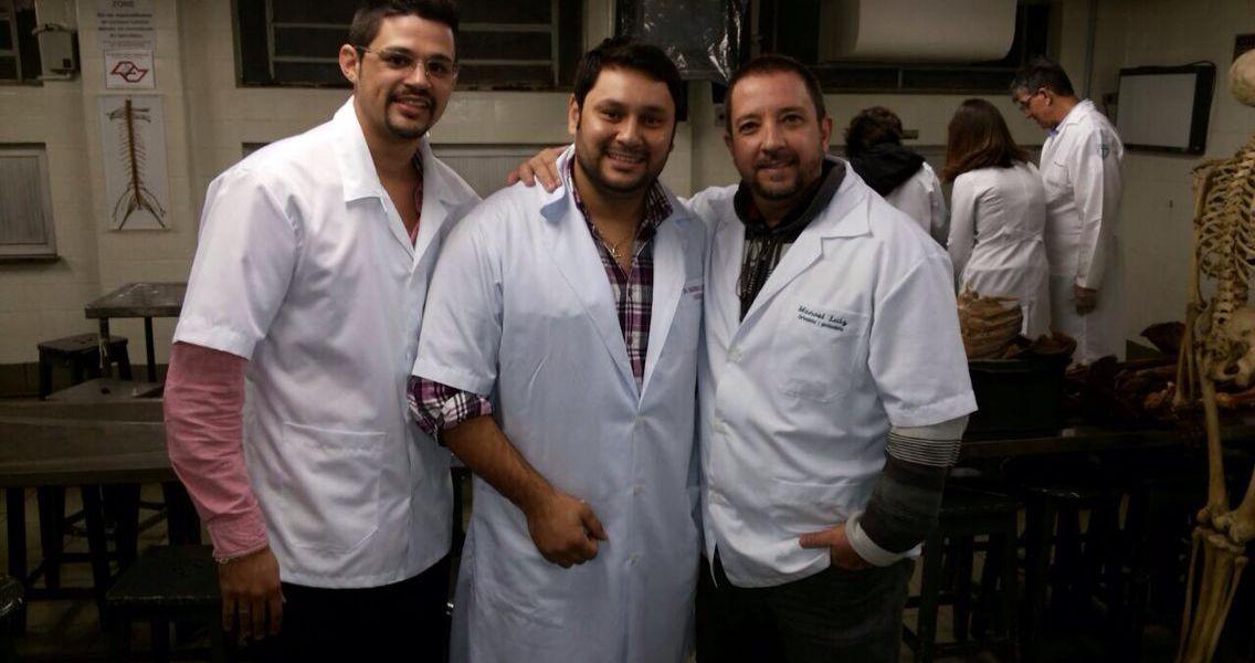 Ortesista/Protesista Manoel Luiz & Auxiliar Ortesista/Protesista Diogo & Fisioterapeuta Danubio no anatômico da UNIFESP-SP para aula com o Prof. Magno de Anatomia Aplicada.