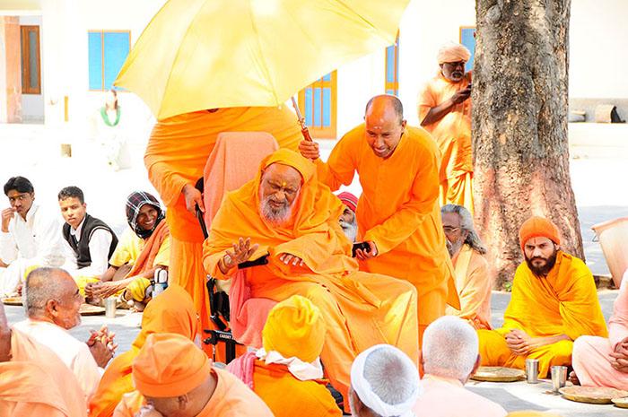 Swamiji saludando a los sadhus que acuden a una bhandara