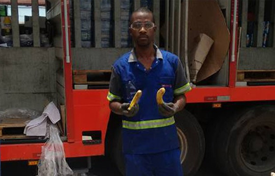Gerente oferece bananas a funcionários negros