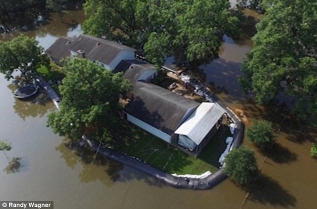 Homem é o único a ter a casa livre de enchente ao obedecer à ordem de Deus para construir barragem